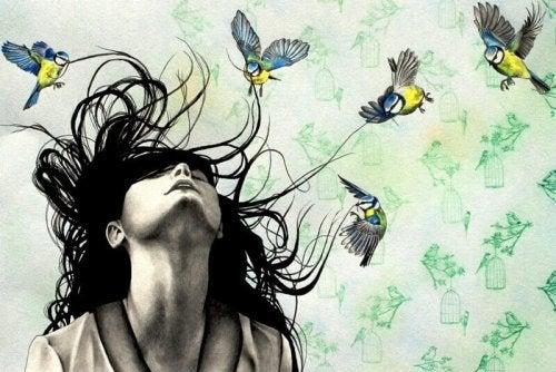 donna e uccellini che le tirano i capelli