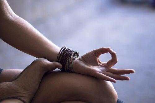 braccia di una donna che medita