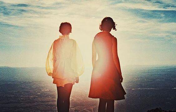 coppia davanti al mare