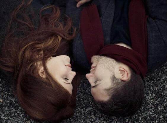 coppia-sdraiata-in-terra