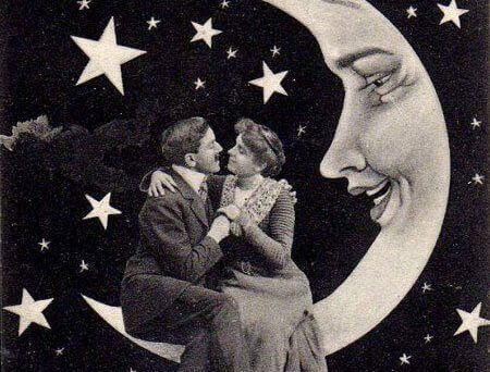 coppia-seduta-sulla-luna