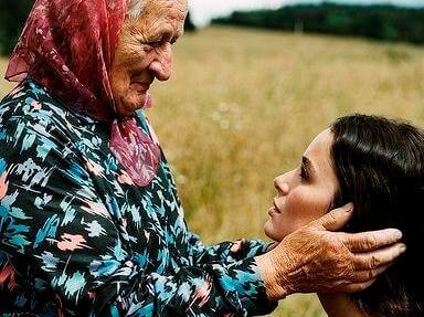 donna anziana che guarda con affetto giovane