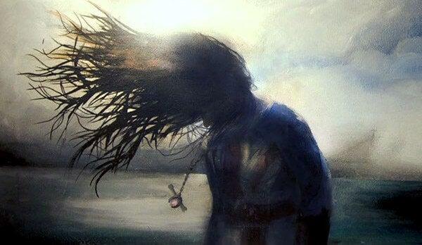 donna con i capelli al vento