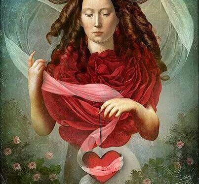 donna dai boccoli rossi e velo color porpora
