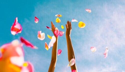 donna lancia petali di fiori in aria