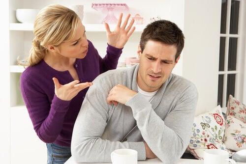 donna-parla-con-marito-mentre-lui-tace
