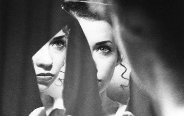 donna-si-guarda-su-specchio-rotto