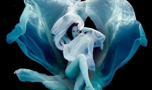 donna-sotto-acqua-avvolta-in-veli