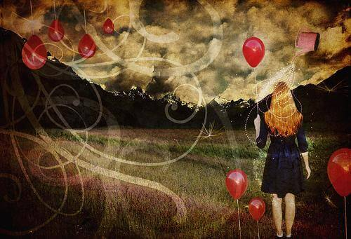 donna-tiene-pallone-guarda-il-paesaggio