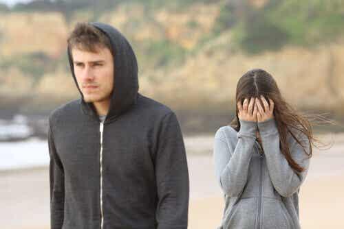 Lei vuole parlare, lui vuole fuggire