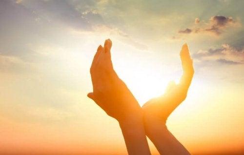 mani intorno al sole
