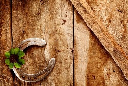 legno quedrifoglio e ferro di cavallo
