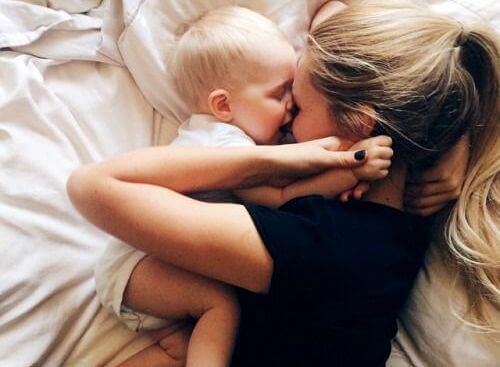 madre con figlia neonata sul letto