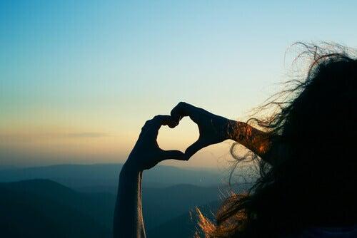 ragazza crea cuore con le mani