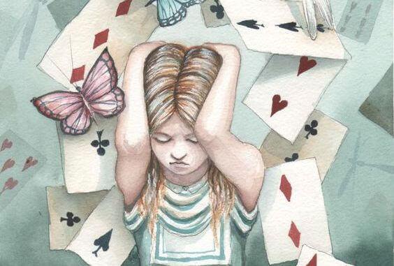 ragazza sommersa da carte da gioco