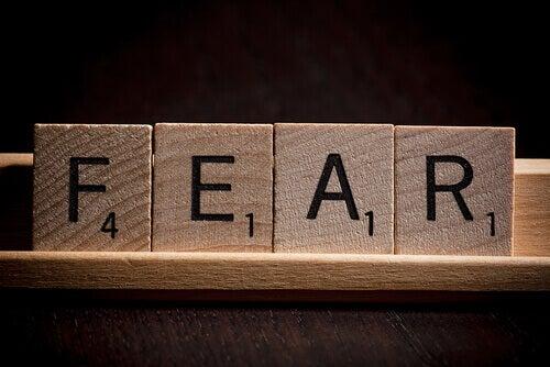 scritta inglese paura