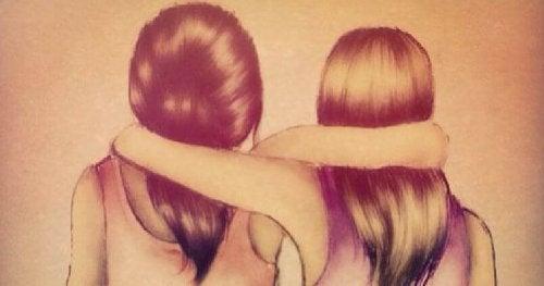 due amiche che si abbracciano