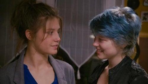 Adele ed Emma si guardano