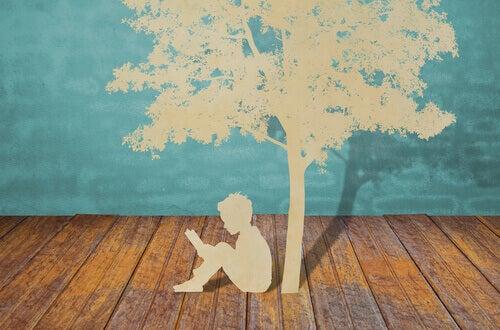 Bambino-che-legge-sotto-un-albero