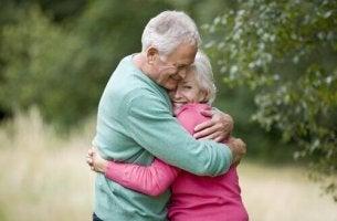 contatto fisico Coppia-di-persone-anziane-abbracciate