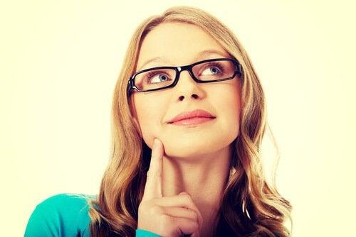 Donna-con-occhiali-che-pensa