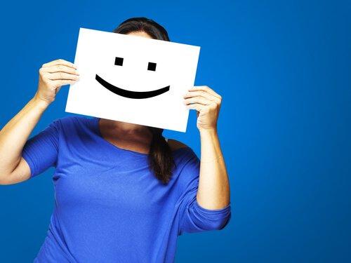 Donna-con-un-cartello-di-una-faccia-che-sorride