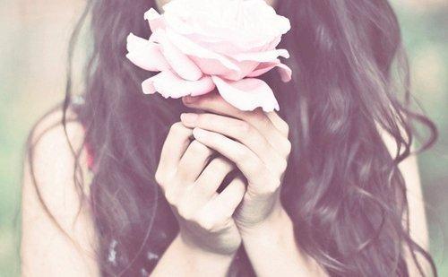 Donna-con-una-rosa-in-mano