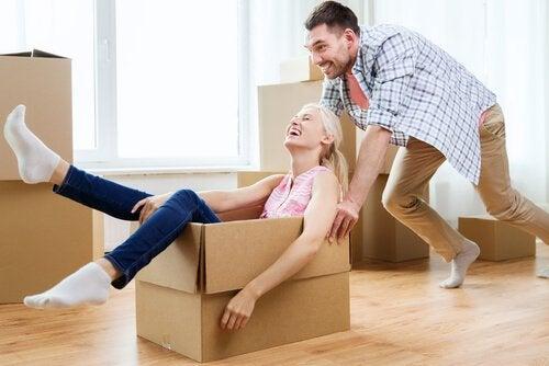 Donna-in-uno-scatolone-spinta-dal-suo-fidanzato