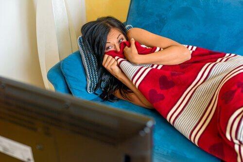Donna-sul-divano-spaventata