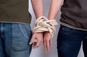 Mani-di-due-persone-legate-da-corda
