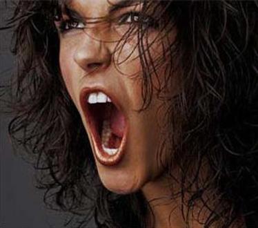 Ragazza-arrabbiata-che-urla