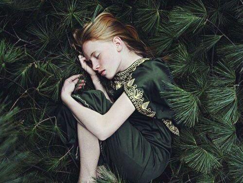 Ragazza-che-dorme-tra-gli-alberi