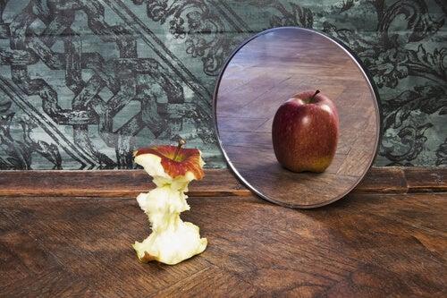 Riflesso-di-una-mela-sullo-specchio
