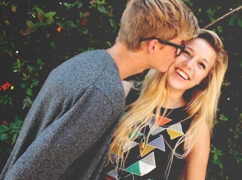 ragazzo che bacia sulla guancia ragazza