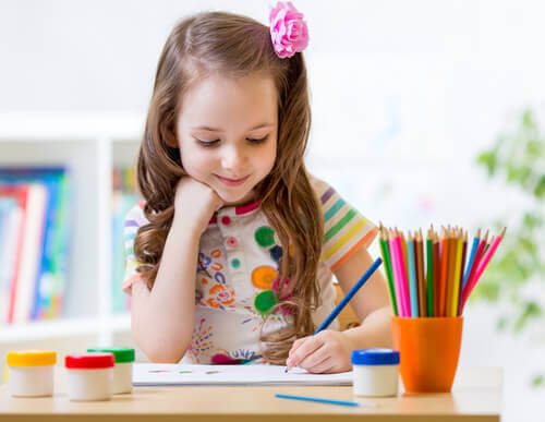 bambina che colora i mandala