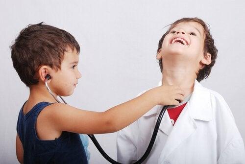 bambini-giocano-al-dottore