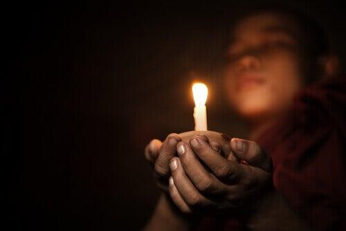candela fra le mani
