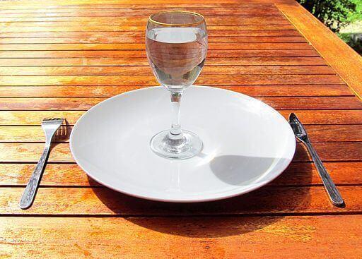 piatto e bicchiere d'acqua