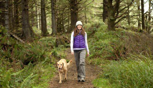 donna-cammina-con-cane