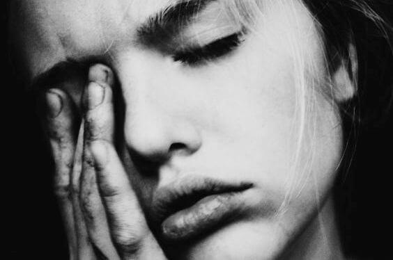 donna che soffre di emicrania