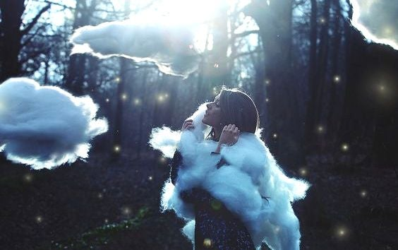 donna circondata da nuvole