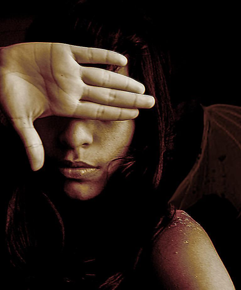 donna copre il suo volto