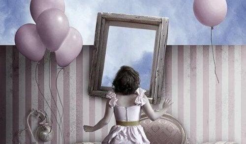 donna-davanti-specchio-circondata-da-pallone
