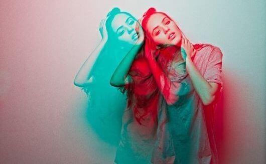 donna-in-rosso-e-blu