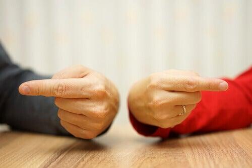 due mani che indicano la persona