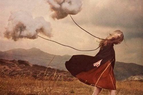 donna con due fili con nuvole