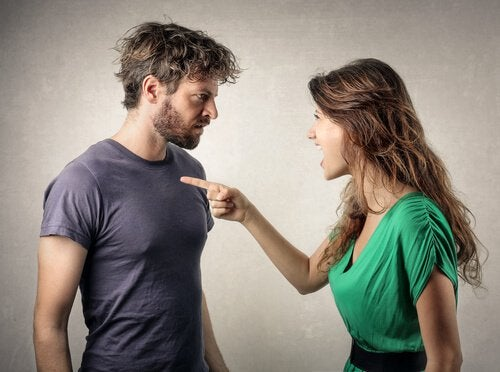 fidanzata punta dito contro fidanzato