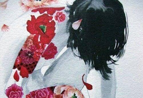 donna con fiori tatuati sul braccio
