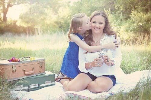 figlia che bacia la madre