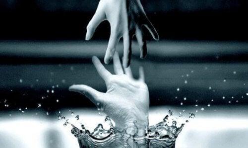 mani-che-si-toccano-nel-acqua